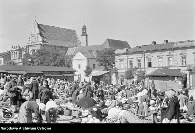 Lublin – targ przy ulicy Świętoduskiej. Widok ogólny targu warzywnego. W tle z lewej kościół św. Józefa Oblubieńca Najświętszej Marii Panny. 1934.