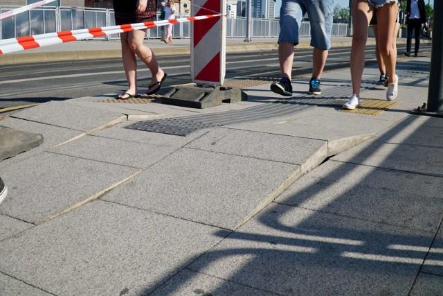 Piesi przemieszczający się wokół ronda Kaponiera powinni uważać na nierówne chodniki. Podejrzewa się, że płyty mogły wybrzuszyć się z powodu upałów, które w środę panowały w Poznaniu. Zobacz więcej ---->