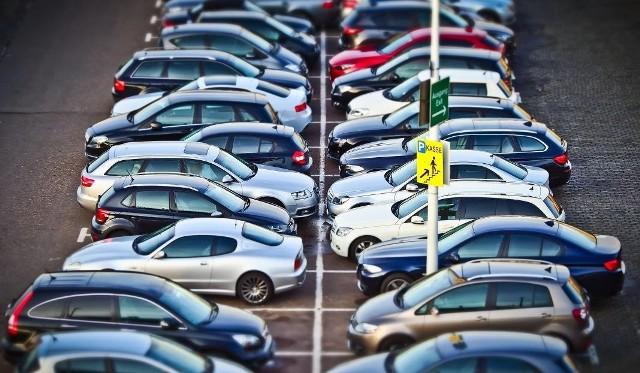 """<b>W 2016 r. w Polsce ukradziono ponad 16 ty. samochodów. Najwięcej z nich pochodziło z grupy volkswagena.  Przypomnijmy, że jeszcze w pierwszej połowie lat 2000 w Polsce ginęło ponad 50 tys. aut rocznie. Sprawdzamy, jakie marki i modele są najpopularniejsze wśród złodziei. </b>W policyjnych statystykach kradzieży samochodów od lat niezmiennie na pierwszym miejscu plasuje się volkswagen golf. Trzeba jednak mieć pod uwagą fakt, że jednocześnie tych aut jeździ w Polsce najwięcej. Podobna sytuacja jest z audi a4 i volkswagenami passatami. Sprawdź, które samochody są najczęściej kradzionymi w Polsce.<b>Zobacz też wideo: Złodzieje w kilkanaście sekund ukradli luksusowe audi w Zielonej Górze</b><script class=""""XlinkEmbedScript"""" data-width=""""700"""" data-height=""""380"""" data-url=""""//get.x-link.pl/59ce3cb6-c4ac-727a-fe03-9ee0620782e9,a0f93e42-da9e-e4a9-56eb-e2f40d169e64,embed.html"""" type=""""application/javascript"""" src=""""//prodxnews1blob.blob.core.windows.net/cdn/js/xlink-i.js""""></script><b>Przeczytaj też: </b> <b><a href=""""http://www.gazetalubuska.pl/motofakty/aktualnosci/art/9400138,najczesciej-kradzione-auta-w-lubuskiem-volkswageny-i-audi-w-czolowce,id,t.html""""><font color=blue>Najczęściej kradzione auta w Lubuskiem? Volkswageny i audi w czołówce </font></a></b><center><div class=""""fb-like-box"""" data-href=""""https://www.facebook.com/gazlub/?fref=ts"""" data-width=""""600"""" data-show-faces=""""true"""" data-stream=""""false"""" data-header=""""true""""></div></center>"""