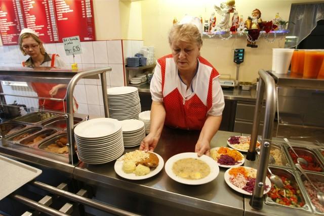 Kartofle, schabowy i surówka. Popularne bary mleczne to miejsca, gdzie człowiek może wrócić do kulinarnych korzeni. Przypomni sobie domowe smaki z kuchni mamy i babci. Najedzony do syta zapłaci rachunek bez bólu głowy. Prezentujemy ulubione bary i jadłodajnie wrocławian, gdzie za niewielkie pieniądze dostaniemy smaczny obiad. Tani obiad we Wrocławiu? Tak, to możliwe - mimo panującej pandemii i ogólnego wzrostu cen. Co więcej, w tych miejscach w kwocie do 20 zł kupimy posiłek, którym najemy się przynajmniej do kolacji.Zobaczcie ulubione bary i jadłodajnie wrocławian, w których możecie zjeść obiad za nie więcej niż 20 zł na kolejnych slajdach.