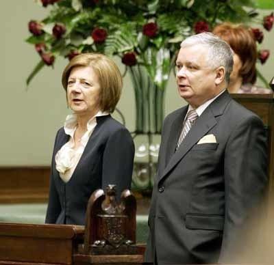 - Będę wykorzystywał wszystkie uprawnienia, jakie daje mi konstytucja i ustawy, by piętnować tych, którzy szkodzą wspólnemu dobru działają w imię partykularnych interesów. Nie będę w tych sprawach kierował się lojalnością wobec nikogo więcej poza lojalnością wobec Polski - zapowiedział Lech Kaczyński.