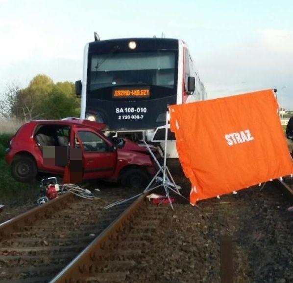 Wolsztyn: Samochód zderzył się z pociągiem. Dwie osoby nie żyją