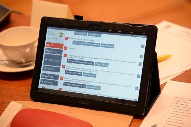 Rada Miejska Łodzi ma techniczne możliwości do przeprowadzenia sesji on-line dzięki służbowym tabletom radnych.