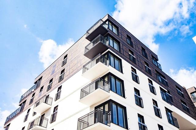 Przez minionych 12 miesięcy mieszkania w Łodzi zdrożały o 13 proc. To rekord w kraju! Średnia cena metra kwadratowego w lokalu używanym doszła do blisko 6,8 tys. zł, a w nowym do 7 tys. zł. Deweloperzy sprzedają rekordowo dużo, a mieszkania z rynku wtórnego także nie czekają długo na nabywcę. Mieszkania drożeją w całym regionie. CZYTAJ WIĘCEJ NA ANSTĘPNYM SLAJDZIE >>>>...