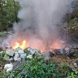 Pożar pod Opolem Lubelskim. Ktoś podpalił pozostałości po częściach samochodowych