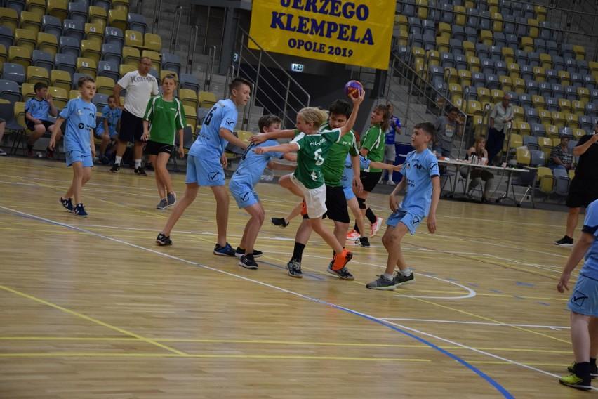 Wśród młodych uczestników 14. Memoriału Jerzego Klempela widać prawdziwą pasję do piłki ręcznej.