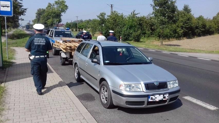 Tor jazdy kierującego i nagłe zwalnianie oraz przyspieszanie wskazywało, że może być pod wpływem alkoholu. Pojazd został zatrzymany w miejscowości Cyganówka koło Zwolenia.