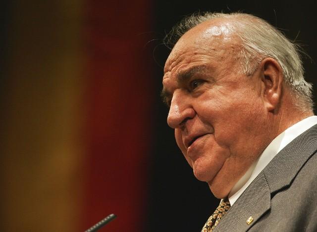 Kanclerz Niemiec Helmut Kohl zmarł w wieku 87 lat. W pamięci wielu mieszkańców Opolszczyzny i Polski zostanie jego udział w Mszy Pojednania w Krzyżowej, w czasie której wymienił znak pokoju z premierem Tadeuszem Mazowieckim, dając  nowy początek stosunkom polsko-niemieckim.