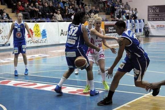 Paulina Kuras (jasny strój) była drugą najskuteczniejszą zawodniczką rezerw Artego w meczu z Hitem.