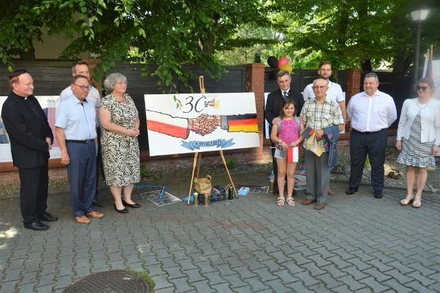 Przedstawiciele mniejszości niemieckiej i polskiej większości wspólnie malowali flagi obu krajów na okolicznościowej grafice.