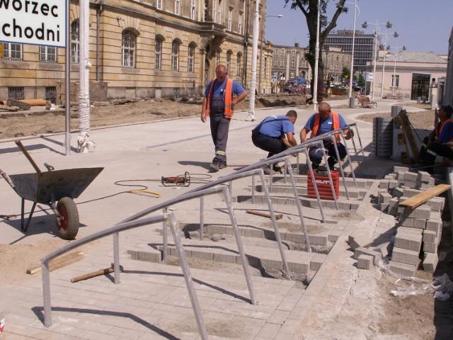 Przed wiatą przystankową PST montowane są stojaki do rowerów. Pozostałe prace też dobiegają końca choć zdarzają się już awarie  spowodowane między innymi zalaniem tunelu podczas deszczu, co skończyło się uszkodzeniem niektórych elementów ruchomych schodów.