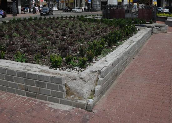 W takim stanie jest obecnie murek wokół pomnika.