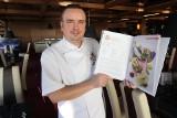 Niepodległość Polski interpretują kulinarnie. Przepisy szefa kuchni z regionu w wyjątkowej publikacji [WIDEO]