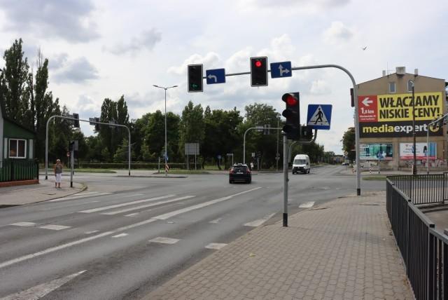 Wprowadzona w Inowrocławiu zmiana ma dopasować długość wyświetlania sygnałów ze światłem zielonym dla poszczególnych wlotów na skrzyżowaniu zgodnie z aktualnym natężeniem ruchu obliczonym na podstawie pomiaru z marca br. Poprawi ona też bezpieczeństwo ruchu