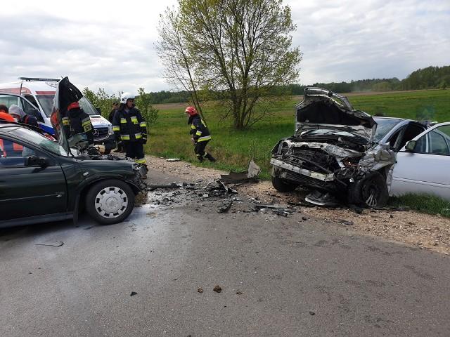 W czołowym zderzeniu dwóch samochodów osobowych rannych zostało aż pięć osób. Wśród nich było jedno dziecko, które śmigłowcem przetransportowano do szpitala.Zdjęcia udostępnione dzięki uprzejmości OSP KSRG Świrydy
