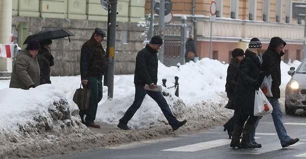 Policjanci w Słupsku kontrolują pieszych.
