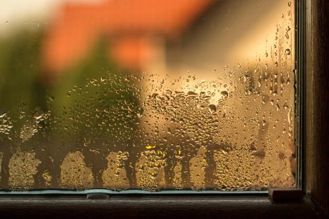 W okresie jesienno-zimowym na wewnętrznych szybach okien pojawiają się małe krople wody lub szyby są zaparowane. Najczęściej jednak występowanie tych zjawisk nie jest efektem nieprawidłowego montażu czy wady okna. Kondensacja pary na szybach następuje, gdy wilgotność względna w pomieszczeniu przekracza 60 procent, a różnica temperatur wewnątrz i na zewnątrz wynosi minimum 20°C. Dlatego musimy zadbać o to, by usuwać na zewnątrz nadmiar wilgoci z powietrza.