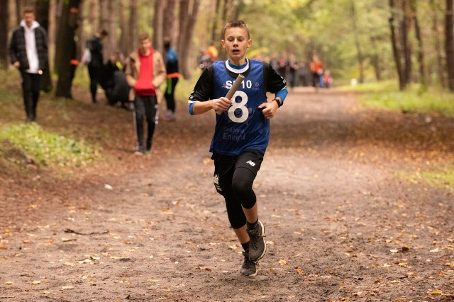 W Lasku Północnym w Słupsku odbyły się sztafetowe biegi przełajowe w ramach 41. Słupskiej Olimpiady Młodzieży Szkół Podstawowych. Zawody rozegrano 9 października 2019 r. w Lasku Północnym w Słupsku. Wzięło w nich udział 410 chłopców i dziewcząt. Jeden uczestnik musiał przebiec  900 m.Końcowe klasyfikacje po przebiegnięciu 9000 m  w stawce rocznika 2007 i młodsi - dziewczęta: 1. SP 10 -15 punktów, 2. SP 3 - 13 pkt, 3. ZSP - 11 pkt, 4. STO - 10 pkt, 5. SP 8 - 9 pkt, 6. SP 6 - 8 pkt; chłopcy:  1. SP 10 - 15 pkt, 2. SP 3 - 13 pkt, 3. ZSP - 11 pkt, 4. SP 6 - 10 pkt, 5. SP 4 - 9 pkt, 6. SP 2 - 8 pkt.Do finału wojewódzkiego w Gdyni zakwalifikowały się ekipy  SP 10 (dot. dziewcząt i chłopców). W rocznikach 2005/2006 były następujące rozstrzygnięcia - dziewczęta: 1. SP 3 - 15 pkt,  2. SP 10 - 13 pkt, 3. SP 2 - 11 pkt, 4. ZSP - 10 pkt, 5. SP 6 - 9 pkt, 6. SP 1 - 8 pkt; chłopcy: 1. SP 3 - 15 pkt, 2. SMS - 13 pkt, 3. SP 10 - 11 pkt, 4. SP 4 - 10 pkt, 5. SP 8 - 9 pkt, 6. SP 2 - 8 pkt.Finał wojewódzki będzie w Gdyni. Słupsk reprezentować będą sztafety SP 3 (dz. i chł.).