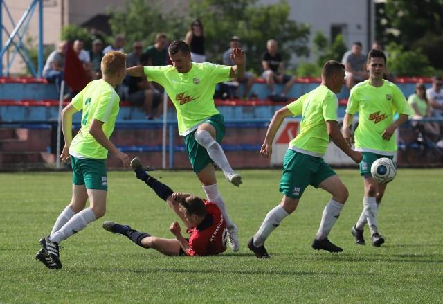 Piłkarze Promienia (jaśniejsze koszulki) udanym finiszem sezonu przypieczętowali utrzymanie