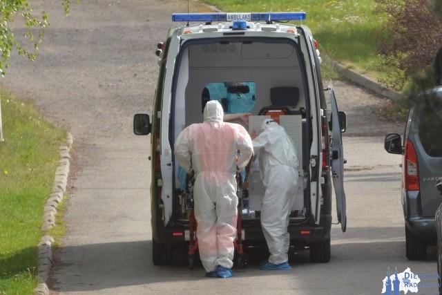 W sobotę i niedzielę zakażonych księży przewożono do radomskiego szpitala specjalistycznego.