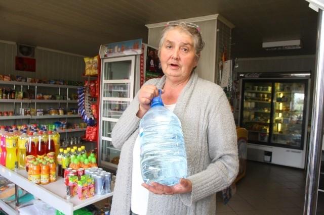 Sprzedaję teraz prawie dwa razy więcej wody w butelkach - mówi Janina Śledź, właścicielka sklepu w Górkach. - Dobrze idą 5-litrowe, bo ludzie nie tylko boją się pić, ale nawet myć w kranówce.