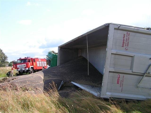 Na pobocze drogi wysypało się ponad 25 ton czarnych nasion rzepaku. Ich posprzątanie musi zorganizować właściciel ciężarówki.