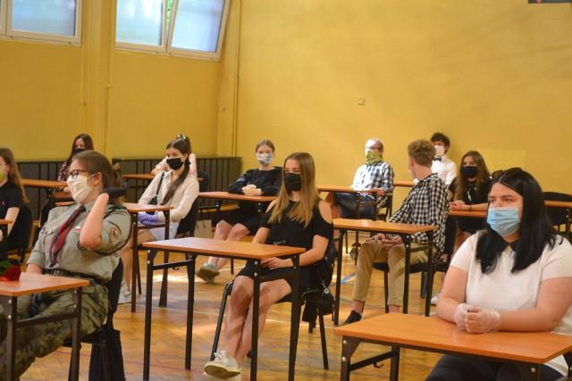 Tak wyglądało zakończenie roku szkolnego w IX LO w Sosnowcu. Uczniowie spotkali się w małych grupach i odbierali świadectwa od wychowawcy. Zobacz kolejne zdjęcia. Przesuwaj zdjęcia w prawo - naciśnij strzałkę lub przycisk NASTĘPNE