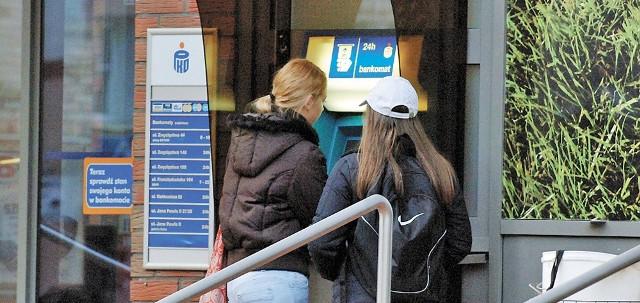 Na bankomacie przy ul, Mickiewicza jest informacja, że jest on czynny 24 godziny na dobę. Jednak nie jest to do końca prawda, bo tu często są awarie.