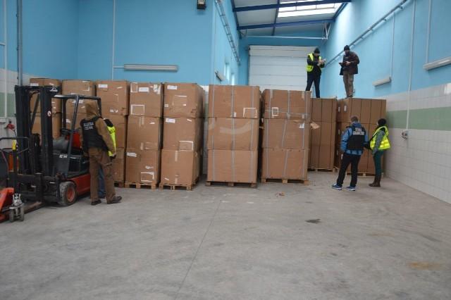 34 tony nielegalnego tytoniu zabezpieczyli funkcjonariusze Straży Granicznej i Służby Celnej podczas wspólnych działań prowadzonych 8 marca br. w powiecie grójeckim. Wartość towaru wynosi ponad 15,5 miliona zł.Funkcjonariusze Nadodrzańskiego Oddziału Straży Granicznej i warszawskiej Izby Celnej zatrzymali do kontroli ciężarowego marki MAN-a. W ciężarówce znaleźli ponad 34 tony suszu tytoniu bez znaków akcyzy. Wartość towaru szacuje się na 15,5 miliona zł. Kierowca, który został przesłuchany jako podejrzany przyznał się do zarzutów.Postępowanie prowadzą funkcjonariusze z Urzędu Celnego w Radomiu. Wartość nielegalnych towarów akcyzowych ujawnionych od początku tego roku przez funkcjonariuszy Nadodrzańskiego Oddziału SG, to ponad 18 milionów zł. W ubiegłym roku była to suma 39 milionów zł.