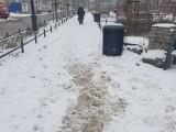 Chodniki przy komunalnych skwerach i parkach kieszonkowych toną w śniegowym błocie