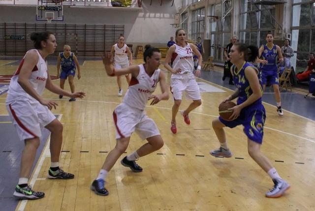 Olga Kossmann (z piłką) rzuciła dla Chrobrego 8 punktów, ale jej drużyna uległa rywalkom z Krakowa różnicą 25 oczek.