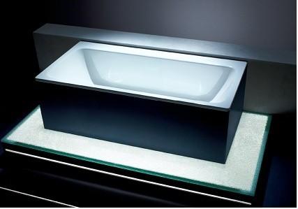 Wanna emaliowana Kaldewei Asymmetric DuoWanna ma klarowny i ponadczasowy kształ. Bardzo dobrze prezentuje się jako punkt centralny nowoczesnej łazienki, w której dominują proste formy.