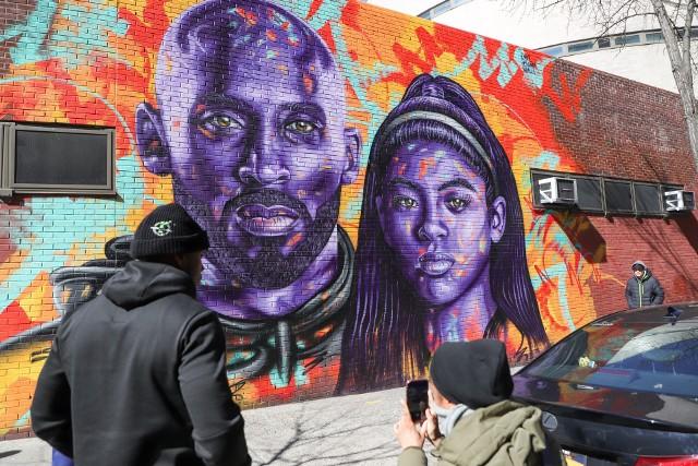 Mural upamiętniający koszykarza i jego córkę