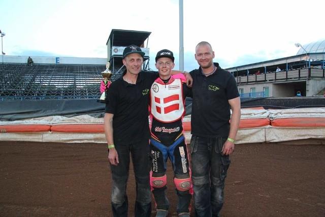 Patrick Hansen (na zdjęciu w środku) jest bardzo zadowolony z faktu, iż dostał ofertę z krośnieńskiego klubu