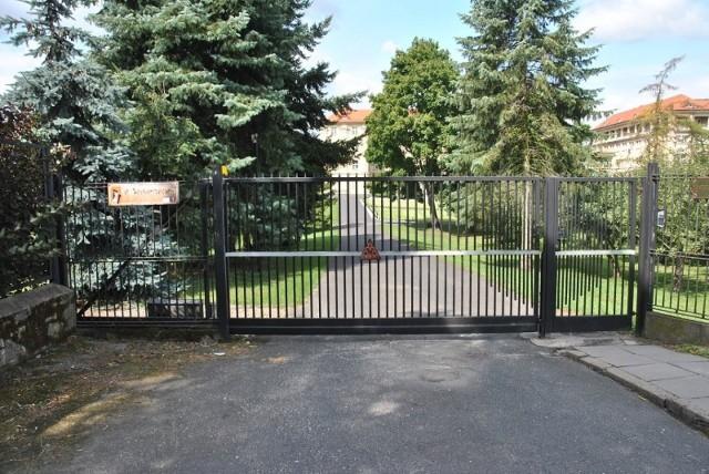 74-latek, jadąc rowerem elektrycznym, uderzył w bramę posesji w Gnieźnie. Mężczyzna zmarł w szpitalu.