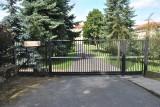 Wypadek w Gnieźnie: Jechał rowerem elektrycznym i uderzył w bramę. 74-latek zmarł