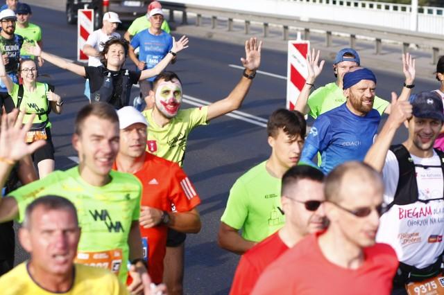 """Yared Shegumo (AZS AWF Warszawa) i Monika Andrzejczak (RAZ Szczecin) wygrali 43. edycję Maratonu Warszawskiego, który przebiegł w niedzielę ulicami stolicy. Reprezentujący Polskę, a pochodzący z Etiopii Shegumo wygrał MW po ośmioletniej przerwie. W imprezie wzięli udział nie tylko profesjonaliści. Sami zobaczcieUruchom galerię klikając w ikonę """"następne zdjęcie"""", strzałką w prawo na klawiaturze lub gestem na ekranie smartfonu"""