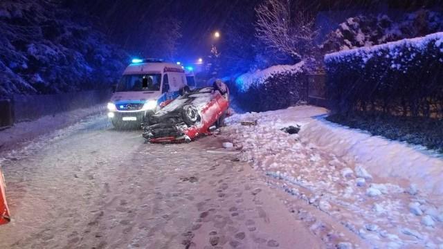"""W sobotę przed godz. 20 w Olchowej (pow. ropczycko-sędziszowski) doszło do tragicznego wypadku, w którym zginął kierujący seatem.Ze wstępnych ustaleń wynika, że kierujący seatem na zakręcie stracił panowanie nad pojazdem, wypadł z drogi, uderzył w betonowy przepust, a następnie dachował. Na miejscu zginął 18-letni kierowca seata, 13-letni pasażer został przewieziony do szpitala. Czynności w tej sprawie prowadzi Komisariat Policji w Sędziszowie Małopolskim.CZYTAJ TEŻ: http://www.nowiny24.pl/motofakty/aktualnosci/a/oblodzenia-na-drodze-wojewodzkiej-nr-993-w-starym-zmigrodzie-trasa-zablokowana-przez-ciezarowki,12905204/;nfZOBACZ TEŻ: Wybuch gazu na ogródkach działkowych """"Wilcze"""" w Przemyślu. Lekko ranny mężczyzna"""