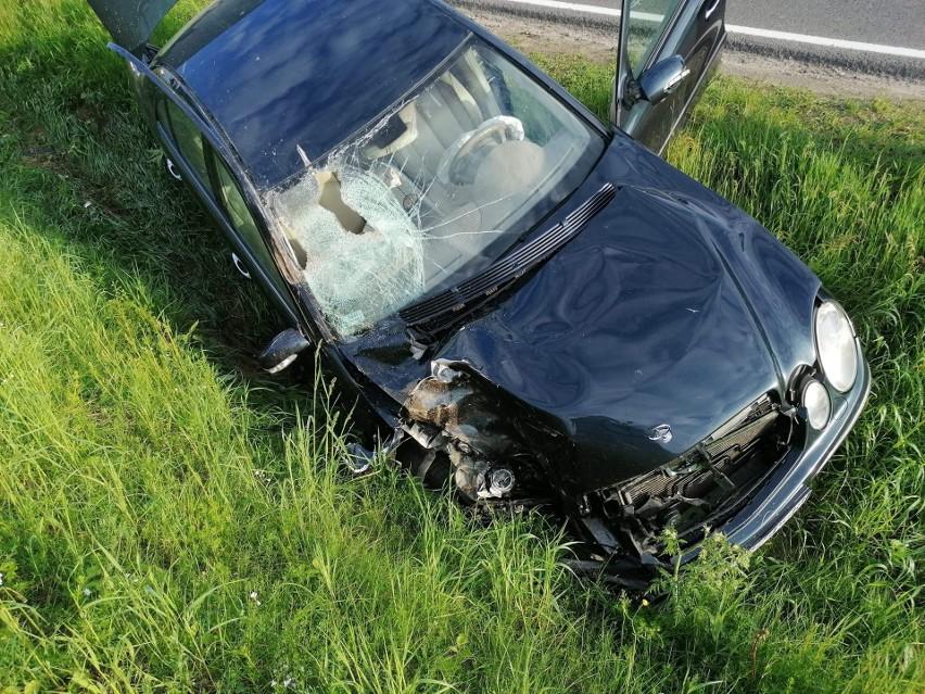 Wypadek w Szczuczynie. Mercedes zderzył się z traktorem