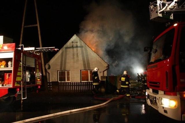 Spłonęło poddasze, część dachu i pomieszczenia na parterze.