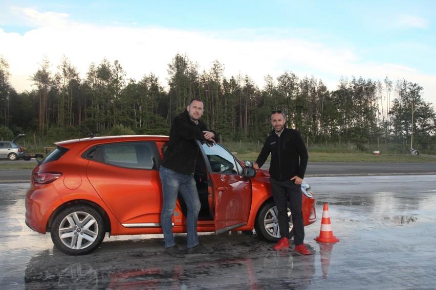 Akademia Bezpiecznej Jazdy. Prawidłowe trzymanie rąk na kierownicy i operowanie kołem kierowniczym w nagłej sytuacji