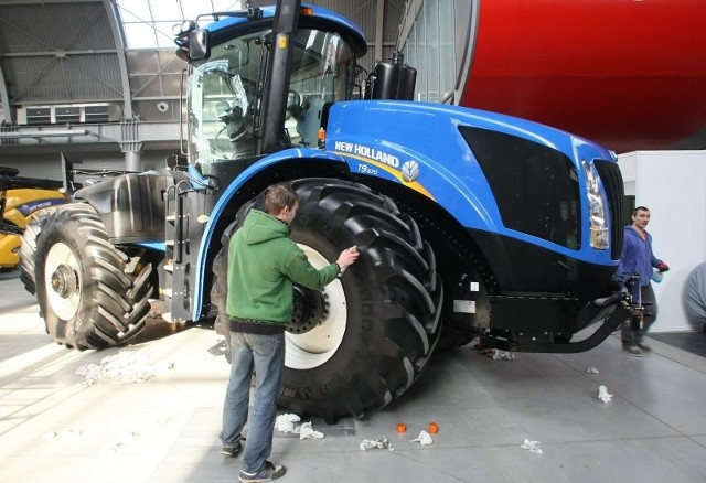 Potężny ciągnik New Holland T9.670 to jedna z największych i nowoczesnych maszyn. Ma wydajność pompy hydraulicznej 42,0 gpm, czyli 86,7% wyższą niż średnia dla wszystkich ciągników rolniczych. Moc silnika to 669 KM.