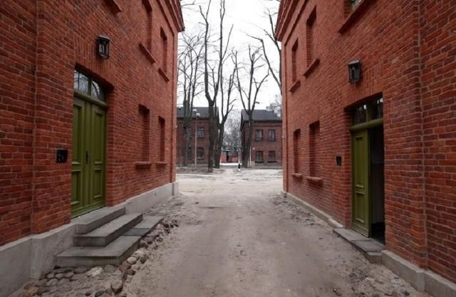 """Centrum Łodzi w ostatnich latach znacznie się zmieniło """"na plus"""". Odnowiona została ul. Piotrkowska, powstały woonerfy i odnowiono kamienice. Jednocześnie wiele rejonów miasta jest """"w ruinie"""" i wygląda niczym scenografia filmów wojennych...Przejdź do sondy - KLIKNIJ NA KOLEJNE ZDJĘCIA"""