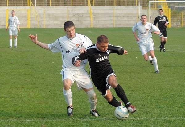 Grzegorz Porzega (z lewej) był najaktywniejszym graczem gryfowskiego zespołu. Został też okrzyknięty bohaterem zwycięskiego meczu z Orkanem Rumia.