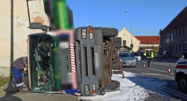 Po godzinie 8:00, 6 września w Oławie na ul. Kutrowskiego przewróciła się ciężarówka.