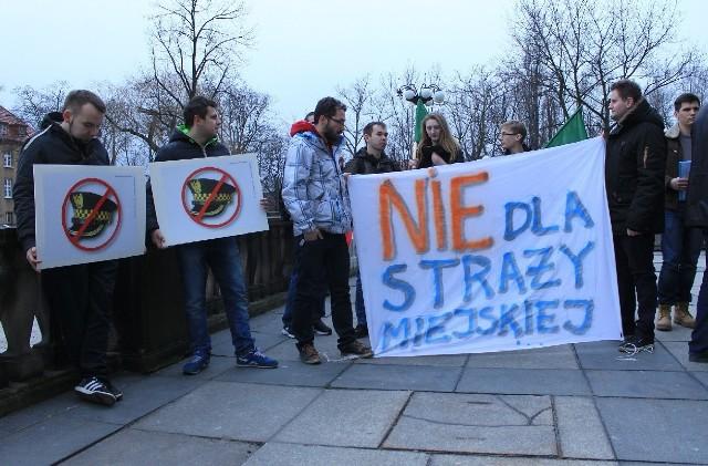 Pikietę KWW Nowej Prawicy i Ruchu Narodowego w sprawie likwidacji straży miejskiej w Zielonej Górze zorganizowano pod Centrum Biznesu.