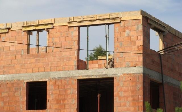 Prowadząc prace budowlane, na które potrzebne jest pozwolenie na budowę lub zgłoszenie, musimy zadbać o dziennik budowy oraz tablicę informacyjną.
