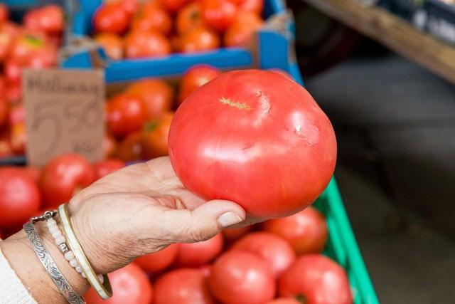 Pomidory oprócz wyjątkowego smaku to także dostarczają nam zdrowych i potrzebnych składników odżywczych. Pomidory warto jeść przede wszystkim dlatego, że zawierają likopen. To organiczny związek chemiczny o działaniu przeciwutleniającym. Jak się okazuje, pomidory nie są dla wszystkich. Zobaczcie, kto nie powinien jeść pomidorów i dlaczego.  Szczegóły na kolejnych slajdach naszej galerii >>>