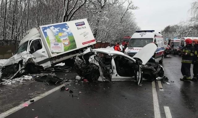 Na DK14 w Dobrej zderzyły się dwa samochody osobowe i jeden dostawczy. Zginęły dwie osoby, a pięć zostało rannych. Do wypadku doszło około godziny 13.