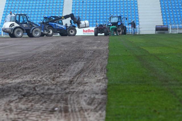 Wymiana murawy na Stadionie Miejskim w Poznaniu będzie odbywać się w najbliższych dniach. Przejdź do kolejnego zdjęcia --->